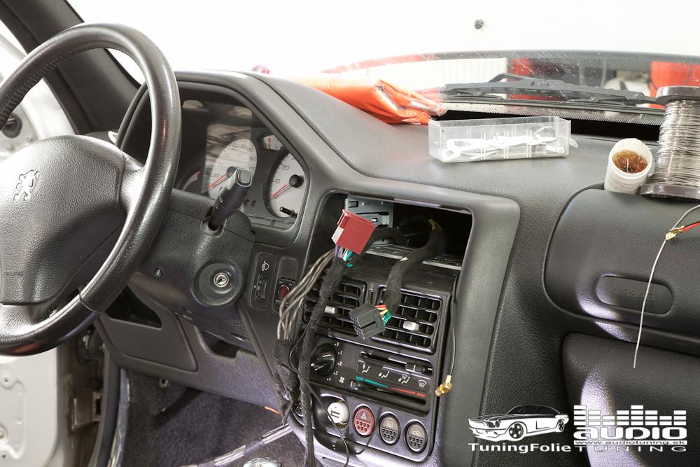 SUBWOOFER REPRODUKTORY TLMENIE ZOSILNOVAC PEUGEOT 106 GTI RADIO 8880
